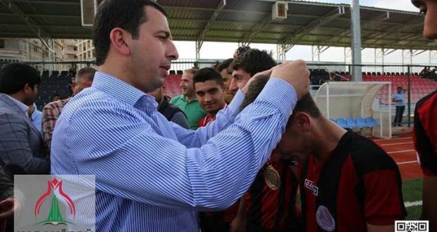 Karaköprü Kupa Töreninde Belediye Başkanı Metin BAYDİLLİ  Sporculara Madalyalarını Takarken